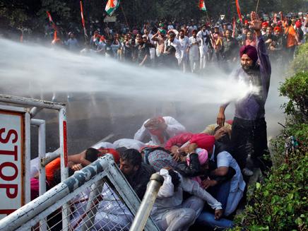 מפגין בהודו נפגע מתותח מים במהלך הפגנה נגד הממשלה (צילום: חדשות 2)