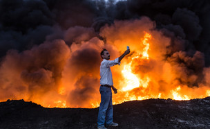 מגן אנושי במוסול (צילום: אימג'בנק/ AFP)