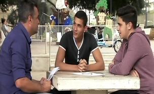 בני נוער שרוכבים אופניים חשמליים (צילום: חדשות 2)
