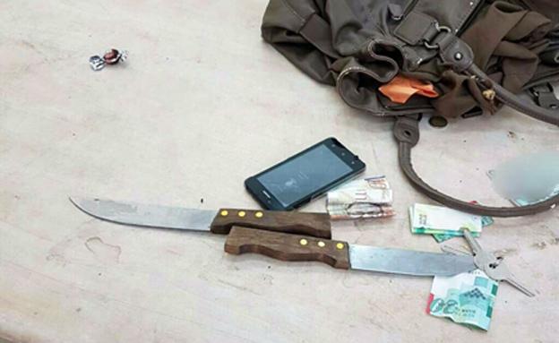 הסכינים שנתפסו (צילום: מגב)