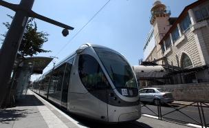 הפלסטינים נגד הרכבת להתנחלויות (צילום: פלאש 90)
