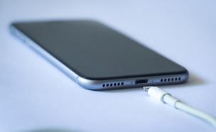 אייפון וכבל הטענה מסוג Lightning (צילום: ShutterStock ,ShutterStock)