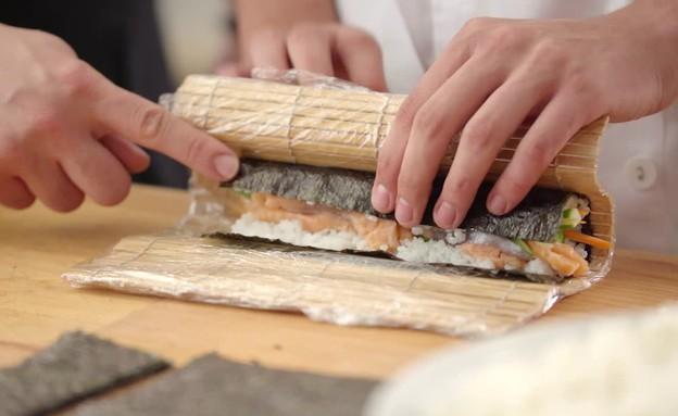 הכנת סושי  (צילום: בבושקה הפקות ,אוכל טוב)