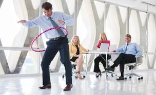 עובדים נהנים במשרד (אילוסטרציה: shutterstock ,mako)