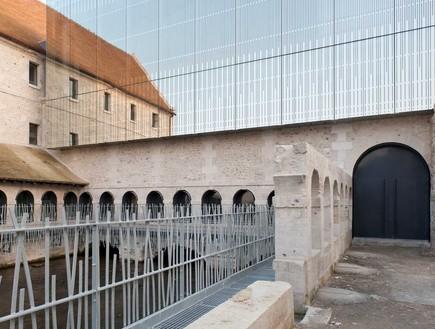 כלא שהפך לבית ספר למוסיקה, לובייה צרפת.