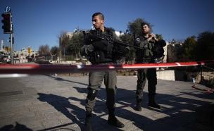 """שוטרי מג""""ב בזירת פיגוע, ארכיון (צילום: יונתן סינדל / פלאש 90)"""