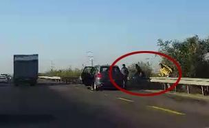 רכבים בשוליים בכביש 6 (צילום: חדשות 2)