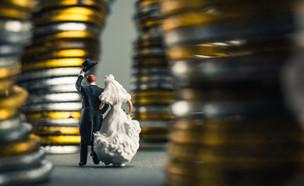 חתן וכלה צועדים בין מטבעות (אילוסטרציה: shutterstock ,shutterstock)