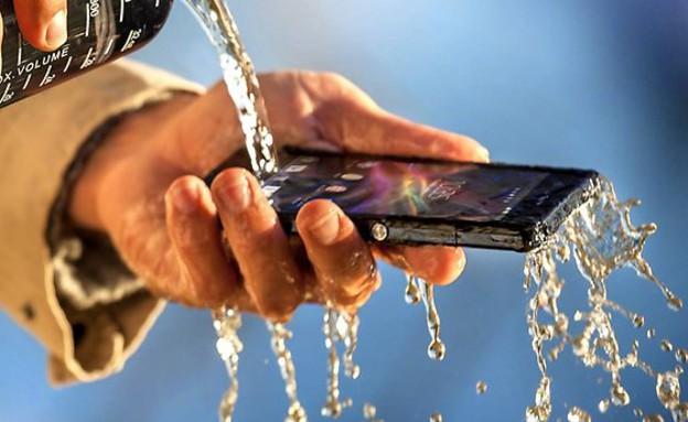 טלפון עמיד במים (צילום: סוני ,מעריב לנוער)