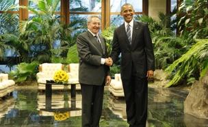 אובמה ונשיא קובה במפגש ההיסטורי. ארכיון (צילום: רויטרס)