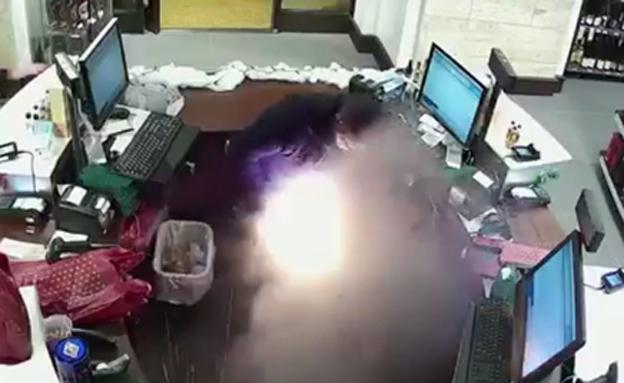 כך התפוצצה הסיגריה בכיסו (צילום: CNN)