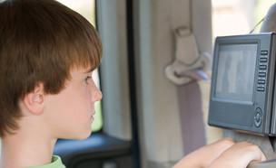 ילד רואה DVD במכונית (צילום: shutterstock ,shutterstock)