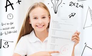 תלמידה עם מבחן (צילום: shutterstock ,מעריב לנוער)