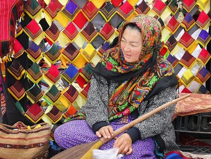 אישה בשוק של אשגאבט (צילום: shutterstock)