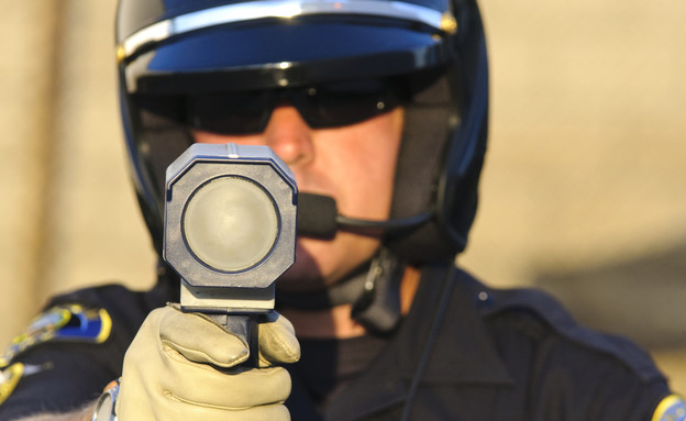 שוטר נותן דוח תנועה (צילום: shutterstock ,shutterstock)