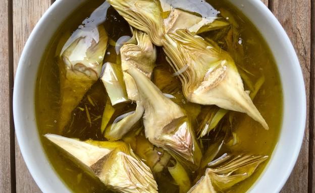 ארטישוקים מושרים במרינדה (צילום: מיכל לויט והאנה מופת ,אוכל טוב)