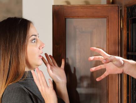 אישה נבהלת מגבר שמכניס יד דרך החלון (אילוסטרציה: shutterstock ,shutterstock)