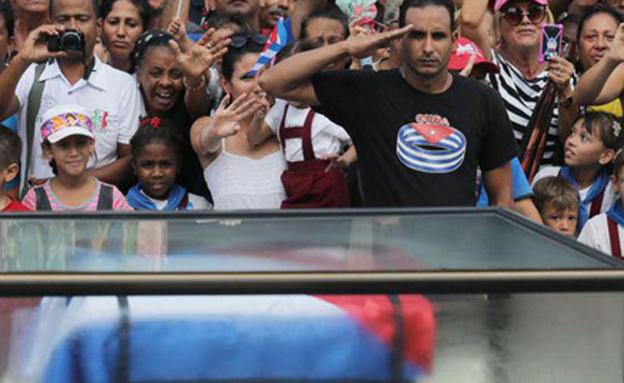 אלפים בהלוויתו של פידל קסטרו (צילום: Sky News)