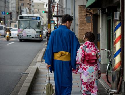 זוג צעיר בלבוש מסורתי, קיוטו (צילום: עפר קידר)