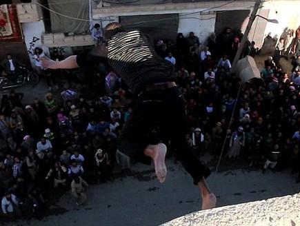 """דאע""""ש מוציא להורג הומוסקסואלים (צילום: המדיה החברתית של דאע""""ש)"""