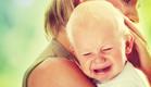 אמא מחבקת תינוק בוכה (צילום: shutterstock ,shutterstock)