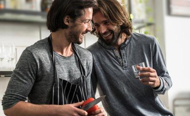 גברים שותים וודקה (צילום: מנחם רייס)