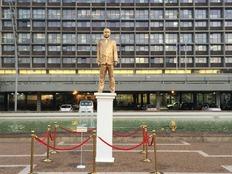 פסל מוזהב של בנימין נתניהו בכיכר רבין (צילום: חדשות 2)