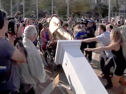 הפלת פסל נתניהו כיכר רבין (צילום: חדשות 2)