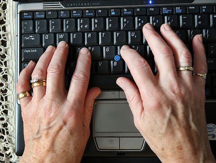 פנסיונרית משתמשת במחשב (צילום: getty images ,getty images)