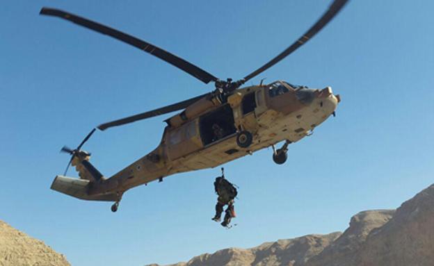 """חילוץ הפצוע בנחל צאלים (צילום: מיכה בן גיגי, יחל""""צ ערד)"""