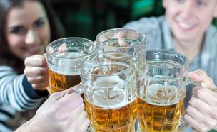 צעירים שותים בירה (צילום: shutterstock: George Rudy)