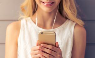 נערה עם סמארטפון (צילום: ShutterStock ,ShutterStock)