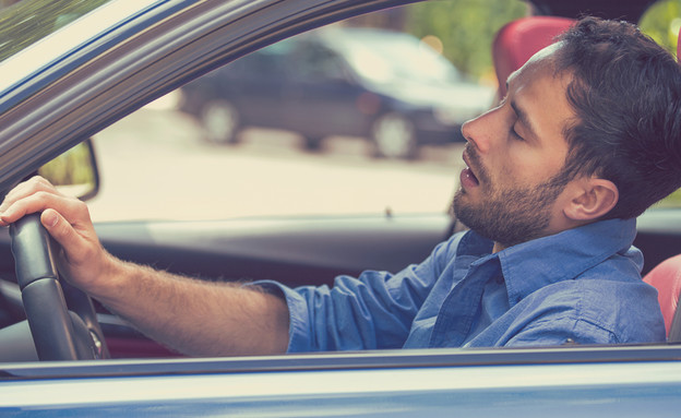 איש נוהג עייף