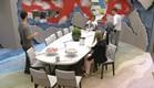 הדיירים סביב שולחן האוכל (צילום: מתוך האח הגדול 8 , שידורי קשת)
