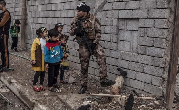 """גופת פעיל דאע""""ש הפכה לאנדרטה (צילום: ap)"""