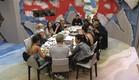 הדיירים סביב שולחן האוכל (צילום: האח הגדול 24/7)