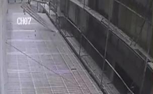 תיעוד: חפצים נופלים מגובה בבניין