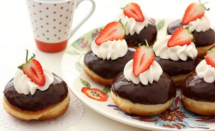סופגניות תותים, קצפת ושוקולד (צילום: ענבל לביא ,אוכל טוב)