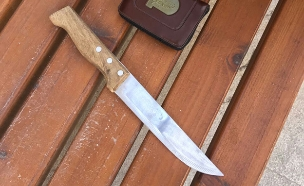 הסכין שאיתרו השוטרים (צילום: דוברות המשטרה)