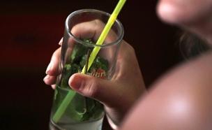 """""""לשמור על קשר עין עם המשקה"""" (צילום: חדשות 2)"""