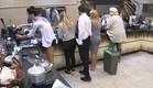 דיירים מנקים את המטבח (צילום: האח הגדול 24/7)