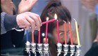 הדיירים מדליקים נרות (צילום: האח הגדול 24/7)