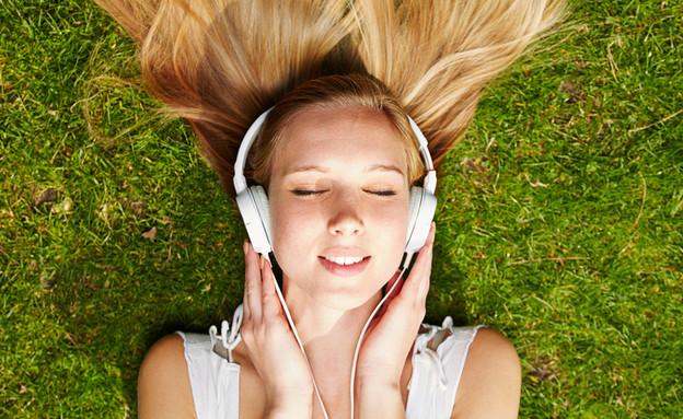 בחורה עם אוזניות (צילום: shutterstock ,מעריב לנוער)