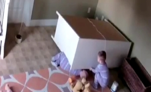 בן שנתיים הציל את אחיו התאום (צילום: CNN)