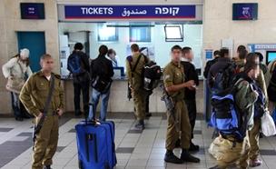 חיילים ברכבת, ארכיון (צילום: Avishag Shaar-Yashuv  / Flash 90)
