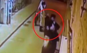 תיעוד: כך הותקף סגן השר בירושלים (צילום: מצלמת אבטחה)