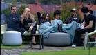 הדיירים יושבים בחצר (צילום: האח הגדול 24/7)