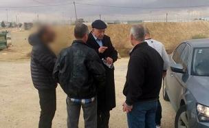 גטאס והשוטרים מחוץ לכלא