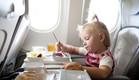 ילדה במטוס (צילום: shutterstock ,shutterstock)