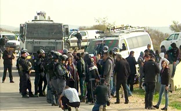 שוטרים במהלך מבצע ההריסה (צילום: חדשות 2)